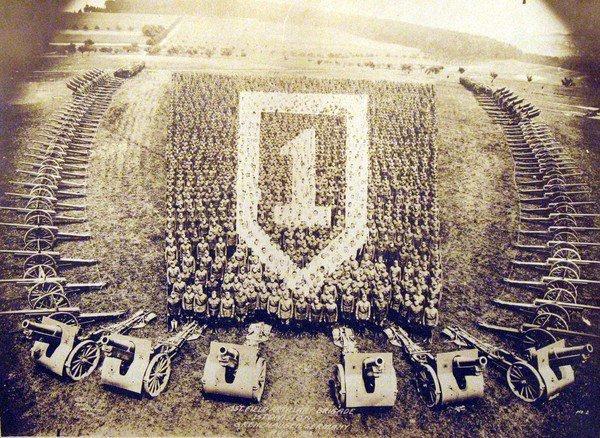 Американские артиллеристы. Живой коллаж по случаю победы в Первой мировой. Германия. 1918 г.