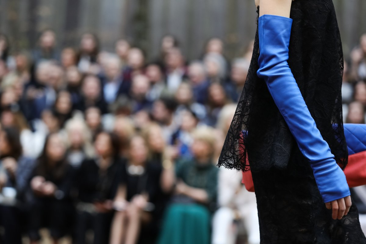Fingerless leather gloves, a CHANEL signature, are long and vibrant in the #CHANELFallWinter 2018/19 collection. #PFW