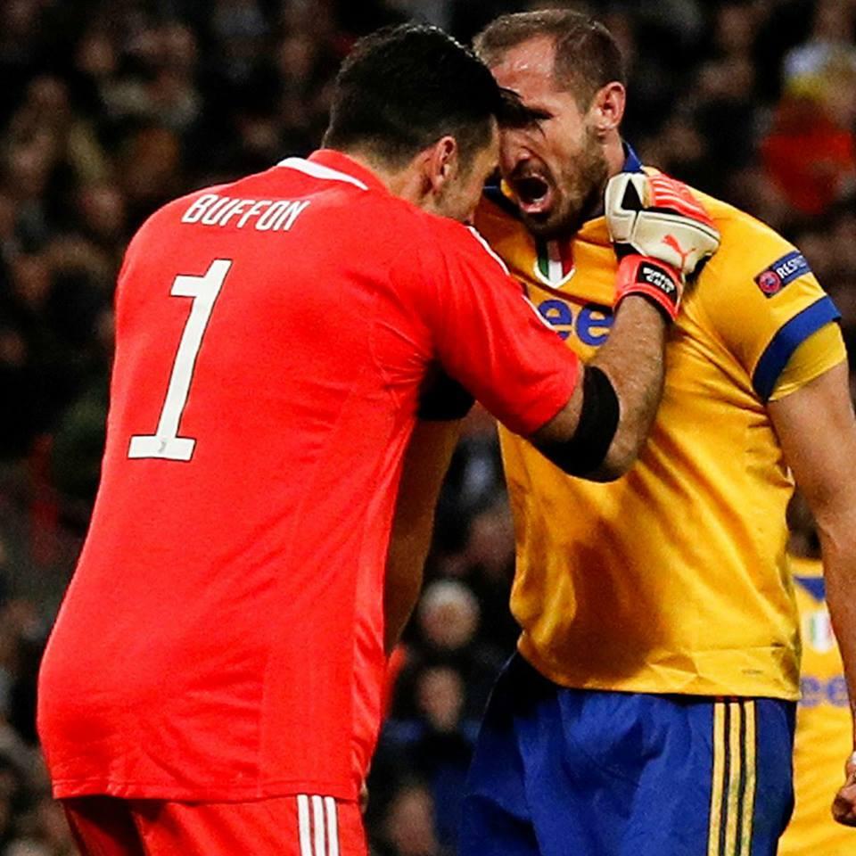 Gianluigi Buffon y Giorgio Chiellini festejando una barrida como un gol. El arte de defender. LA FOTO.