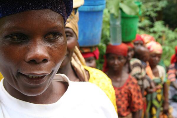 11. Cosas de mujeres. Creas un Comité del Agua para surtir del preciado líquido a toda tu comunidad. Además de cuidar de tu marido y de 9 hijos. Mpayimana Stephanie.