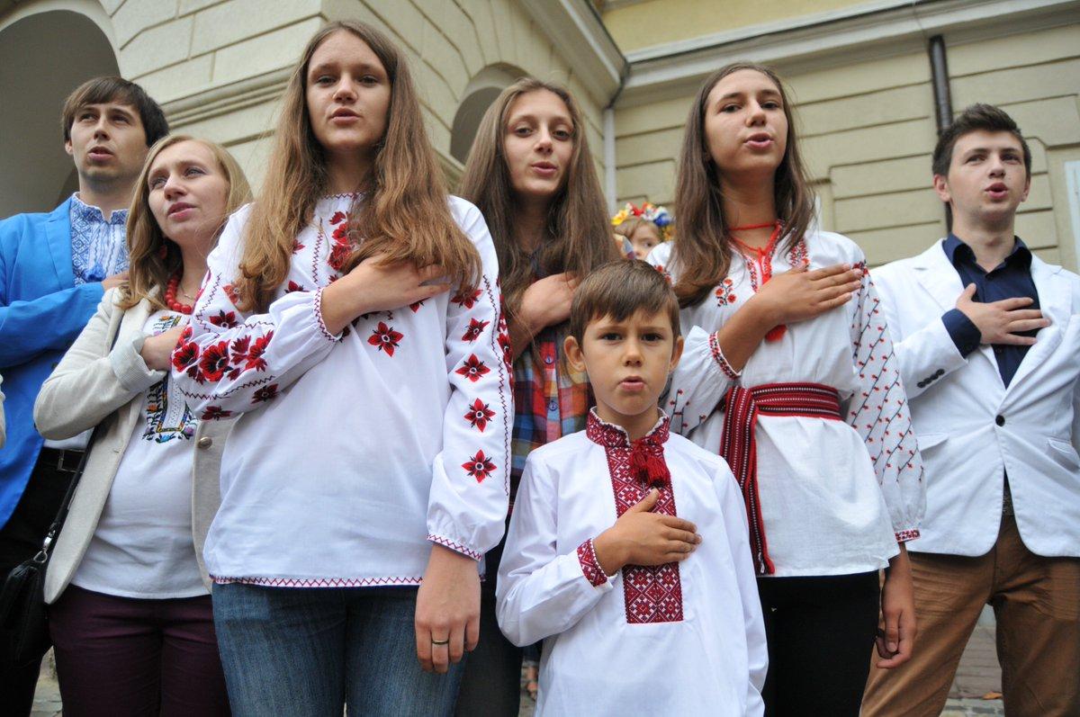 Еще в одной области Украины школьников заставят петь гимн перед уроками. Да еще и вместе с молитвой