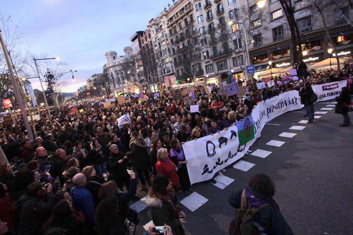"""En marxa la manifestació """"Ens aturem per canviar-ho tot!"""", al centre de la ciutat.  Els carrers s'omplen per reivindicar el #DiaDones18."""