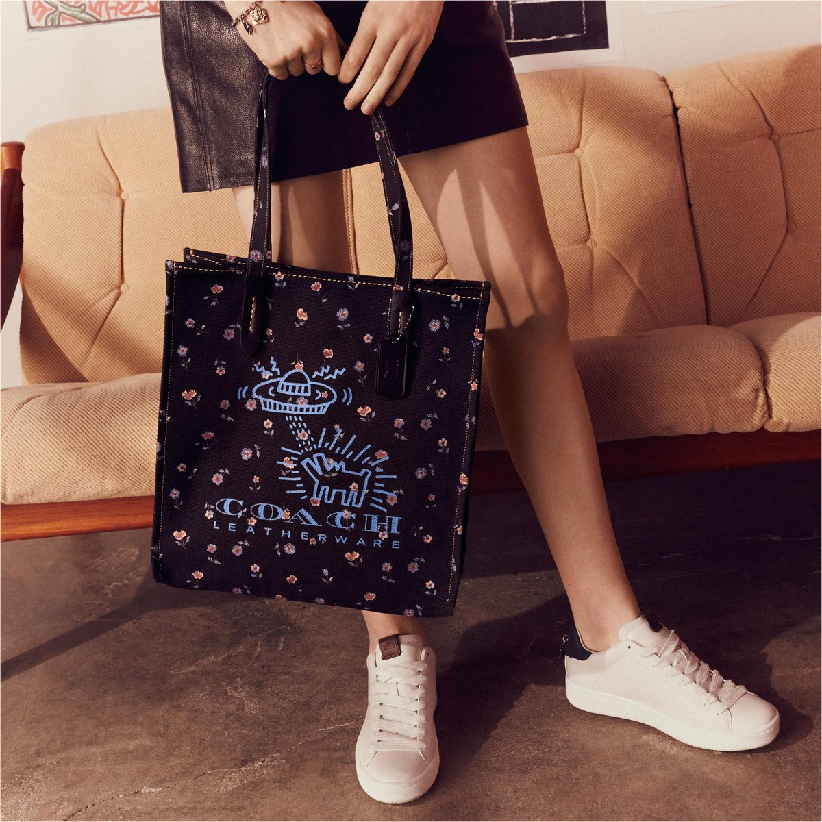 👽 Grounded yet otherwordly. #KeithHaring's UFO Dog lifts off on spring's roomy floral canvas tote. #CoachxKeithHaring #CoachNY https://t.co/qlsm83294f