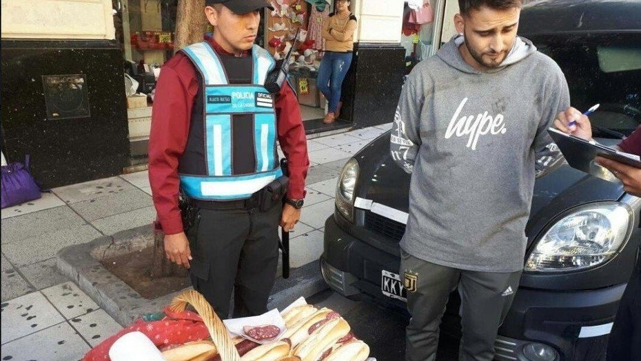 Vendía sandwiches de salame, se los sacó la policía y su foto se hizo viral https://t.co/1whYZIBmh0