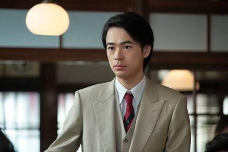 シンプルスーツを着る成田凌