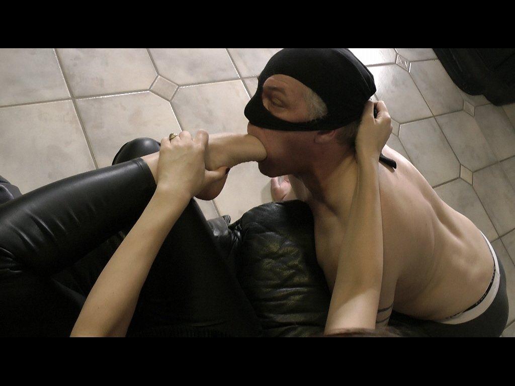 #mistress #slave #footdomination #foothu...