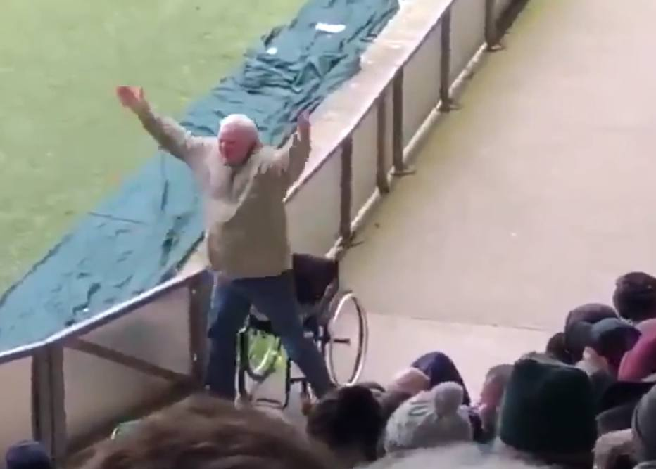 >@esportefera ASSISTA: torcedor levanta de cadeia de rodas após gol de seu time https://t.co/ZqKCaQc4Bb