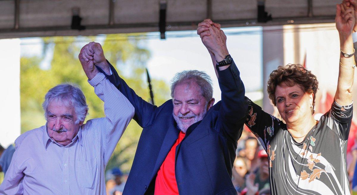 FLAGRANTES DE DEMOCRACIA EXPLÍCITA Lula, Pepe Mujica, Rafael Correa e Dilma integram a caravana do PT em Livramento, fronteira do Rio Grande com o Uruguai. MAIS FOTOS NESTE LINK: https://t.co/UHvj2KNmtW