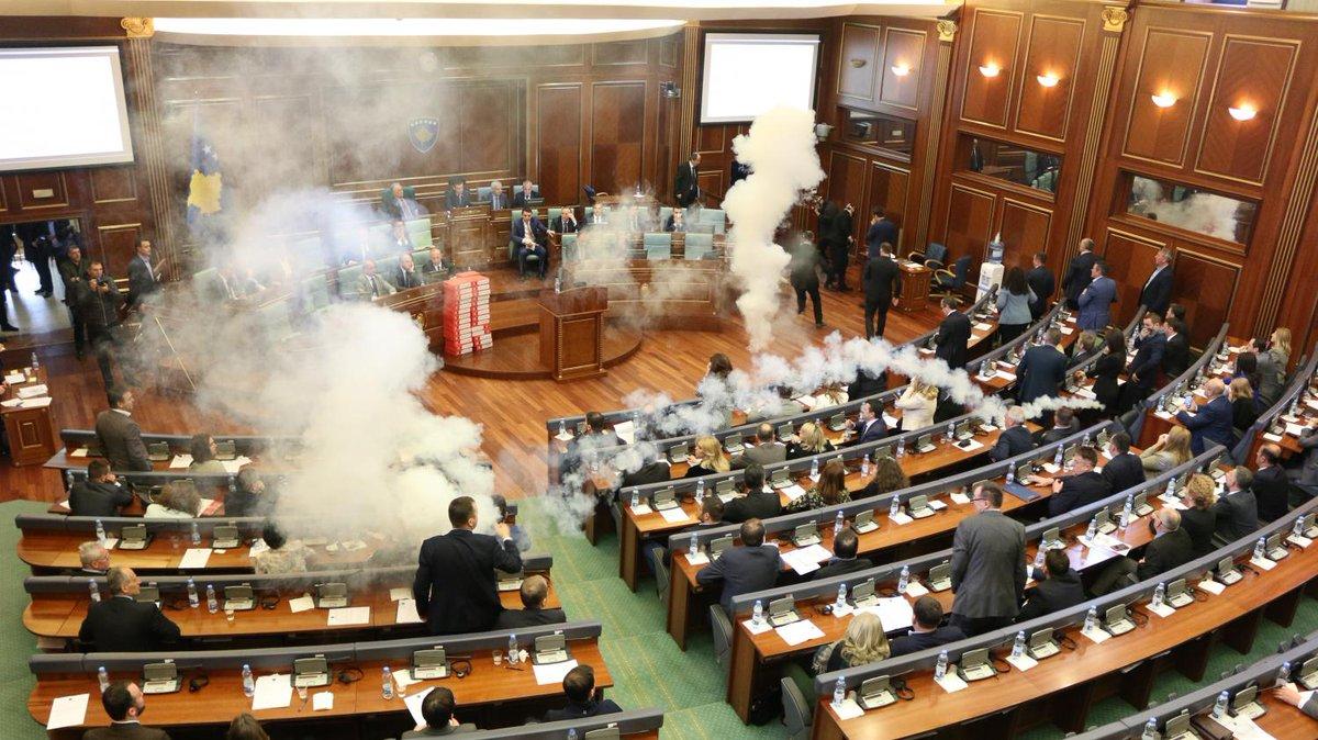 VIDEO. Kosovo : des députés lancent des grenades lacrymogènes au Parlement.  Elles ont été lancées au moment où les députés s'apprêtaient à ratifier le nouveau tracé de la frontière avec le Monténégro. https://t.co/Jc8Ax7nUEP