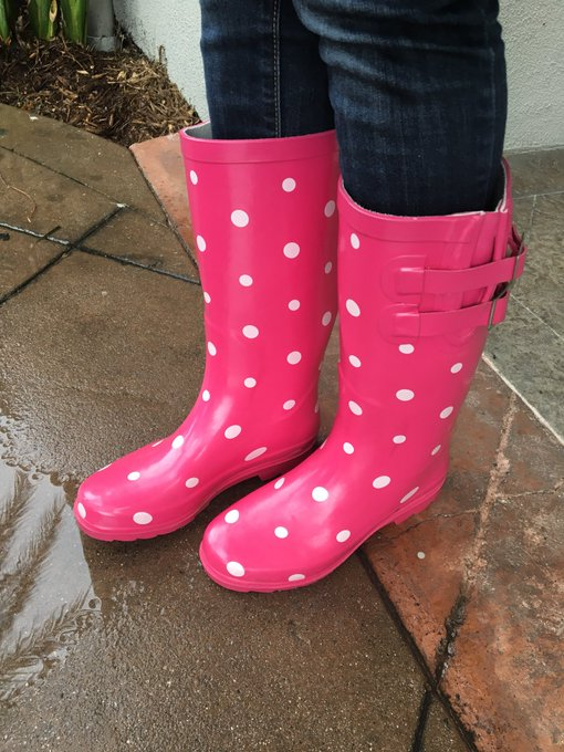 Only good thing about this rain that I can see.. I only get to wear these like once a year ☔️🎀 https://t