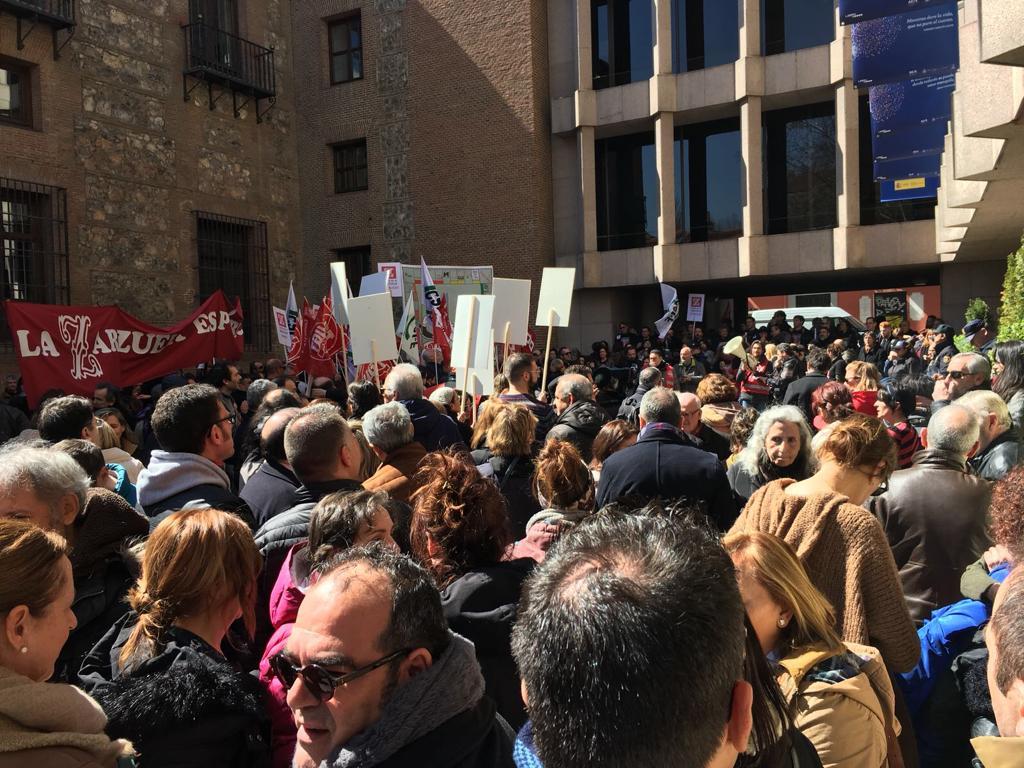 Trabajadores del Teatro de la Zarzuela se concentran en la Plaza del Rey contra la fusión con el Teatro Real