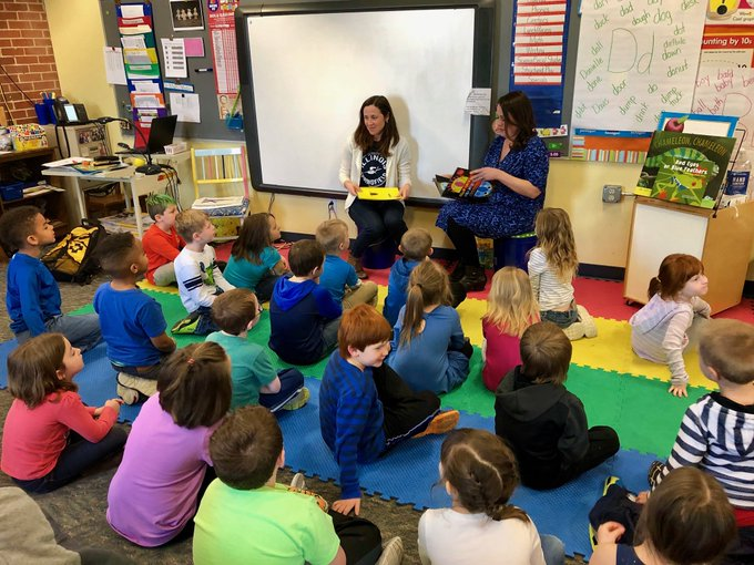 Riverton Elementary receives a nice visit from our friends @UISLib #UISedu https://t.co/RycAY63g3K