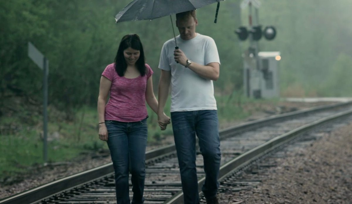 El nuevo AVE a Galicia consiste en un hombre que te aguanta el paraguas mientras tú caminas por la vía https://t.co/dbtdgfU4Wb