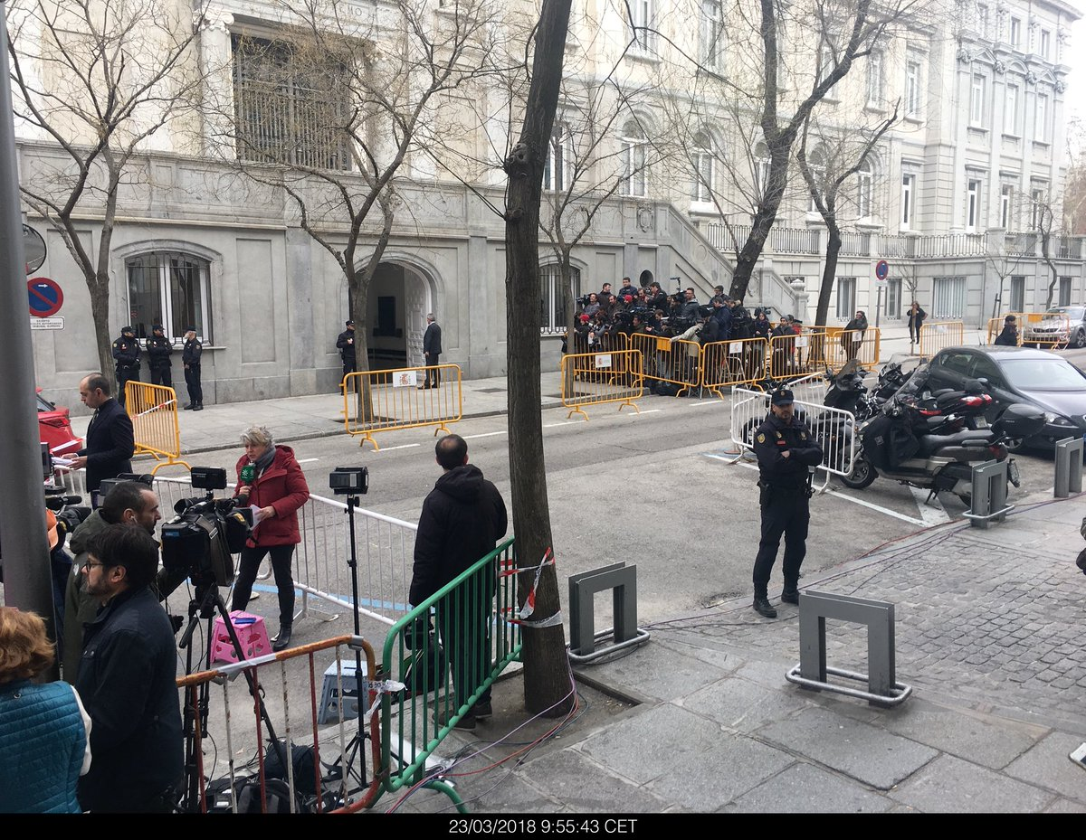 #catalonia #spain #process #supremecourt #tribunalsupremo Waiting for catalan leaders to arrive to Supreme Court. They are going to be accused of rebellion. Potentially going to jail. <br>http://pic.twitter.com/boMJWwunHg