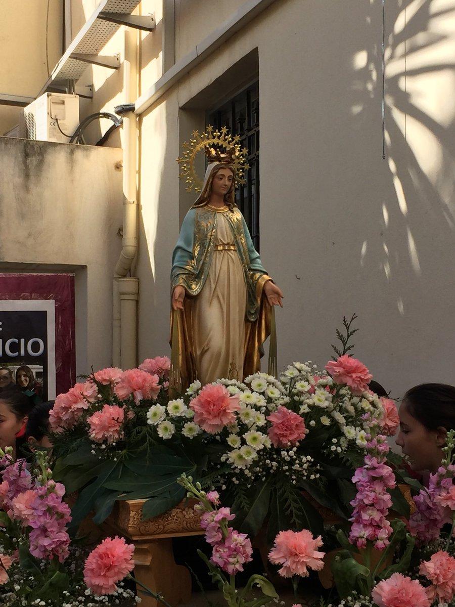 Nazarenos, pasos y manolas listas para el comienzo de nuestra procesión. https://t.co/6IAmlXIBtG
