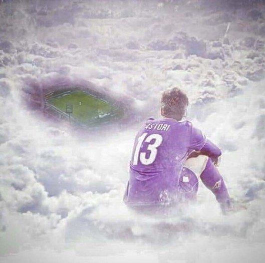 Ce dessin à quelques minutes du premier match de la Fiorentina après le décès de Davide Astori 😥💔 (📸https://t.co/Re5TKzaTFM)