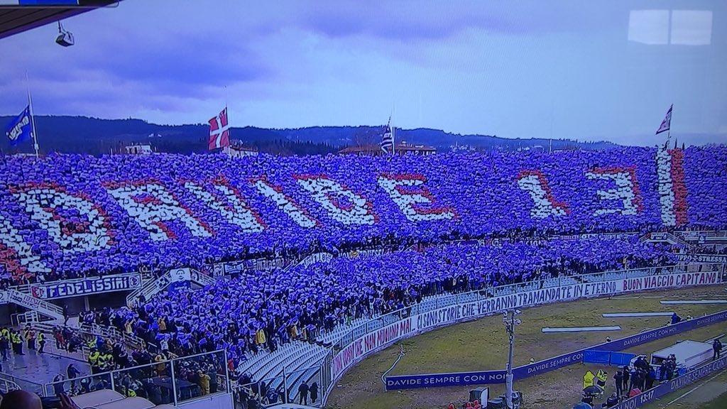13e minute. Le jeu s'arrête à Florence. Les joueurs, l'arbitre applaudissent, et les supporters déploient ce magnifique tifo en hommage à leur capitaine. #CiaoDavide13