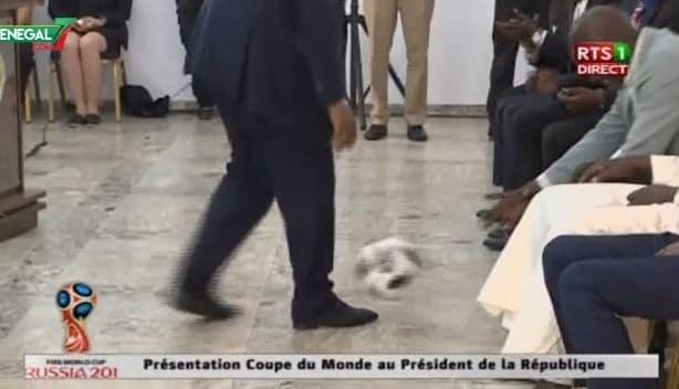 Vidéo: Les jongles du président Macky Sall avec le Ballon de la coupe du monde...Regardez!!! - https://www.senegal7.com/video-les-jongles-du-president-macky-sall-avec-le-ballon-de-la-coupe-du-monde-regardez/… #Senegal #Kebetu #Dakar #team221 #Mali #Mauritanie