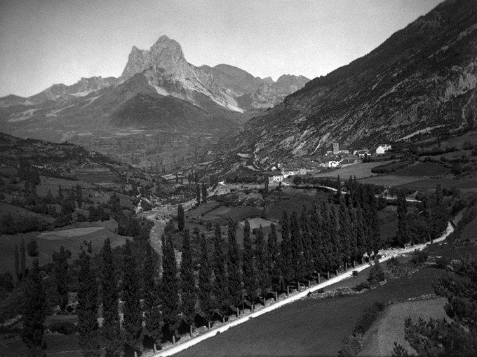 Así lucía el Valle de Tena en los 60, antes de construir la presa del Embalse de Lanuza. A la dcha. está el pueblo de Lanuza, que marcó la cota máxima de inundación. Quien pudiera entrar en la foto...