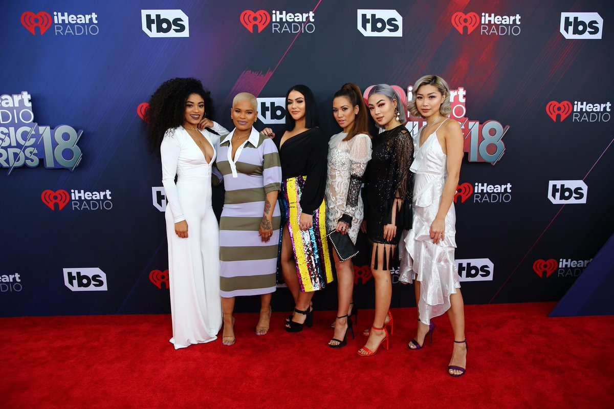 So excited to be here at the @iHeartRadio Awards to celebrate Elvive Extraordinary Oils with @JasMeannnn @alissa_ashleyy @MilitzaYovanka @jessimalay @ellenvlora and @flamcis ❤️