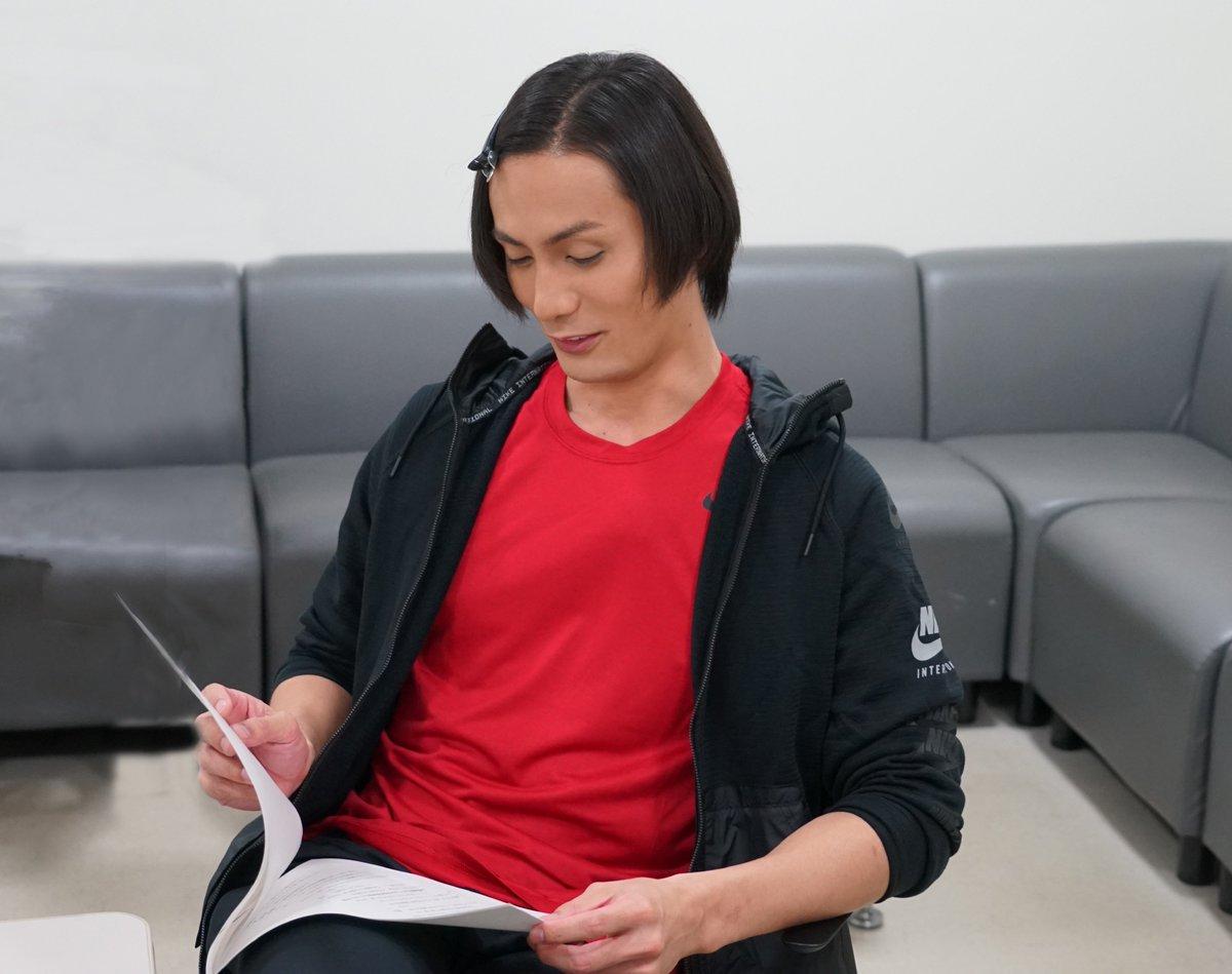 第12話コント収録合間のオフショット! 台本を読んでいる 加藤和樹 さん! 実はこの日、出演ミュージ