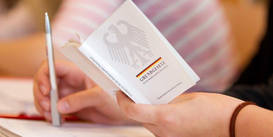 Bei #DHL verschwunden? Jura-Klausuren in #Berlin unauffindbar - #Staatsexamen ungültig https://t.co/PD89Jh8ZSL
