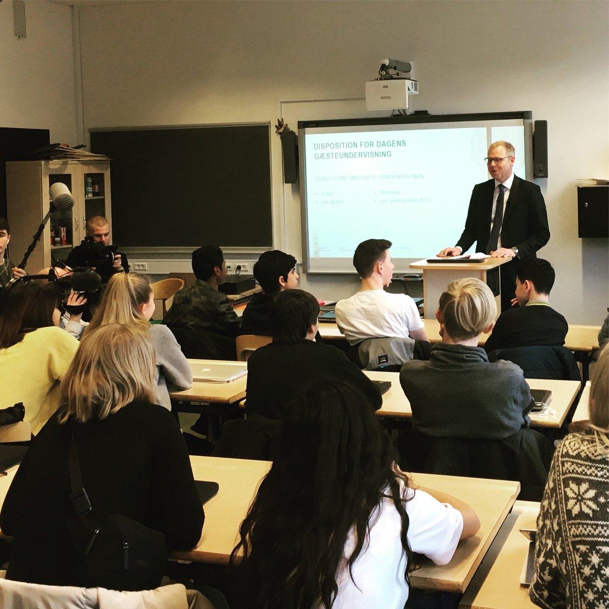 Michael Rasmussen, formand @finansdanmark og CEO @nykredit, gæsteunderviser 8B på Nymarkskolen i Slagelse. 👨🎓👩🎓💰 #pengeuge #dkfinans #dkpol https://t.co/3kPDTOYG11