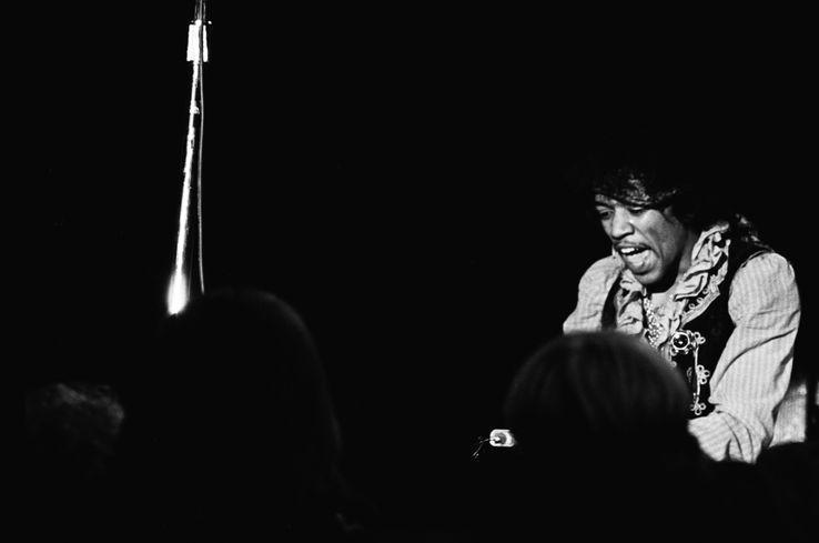 Lorsqu'il apparaît en Angleterre à la fin des années 60, Jimi Hendrix devient très vite le modèle de toute une génération en quête d'évasion psychique. Jeune homme tourmenté, timide extraverti, la guitare lui donne des ailes. https://t.co/n6Ivan05Cf