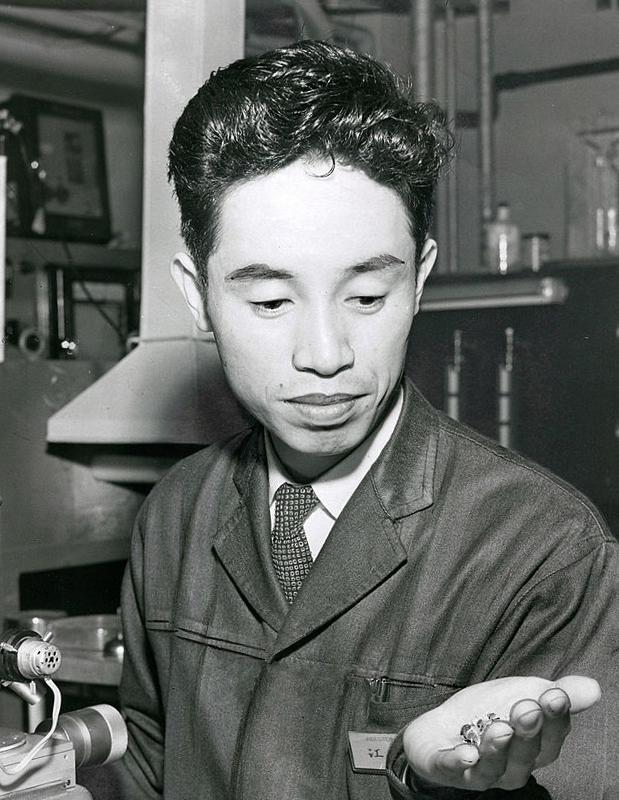 Happy birthday, Leo Esaki! The Japanese physicist shared the 1973 #NobelPrize in Physics for discovering the phenomenon of electron tunnelling. He also invented the Esaki Diode, as pictured in his hand (below) in 1959.