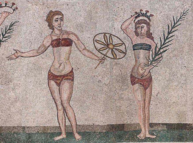 Estos conjuntos de ropa interior de dos piezas (tal vez bikinis) tienen... ¡1700 años! Así de cómodas aparecen estas mujeres romanas en este mosaico del siglo IV d.C. de la Villa del Casale, en Piazza Armerina (Sicilia, Italia). #MaestrosDeLaCostura