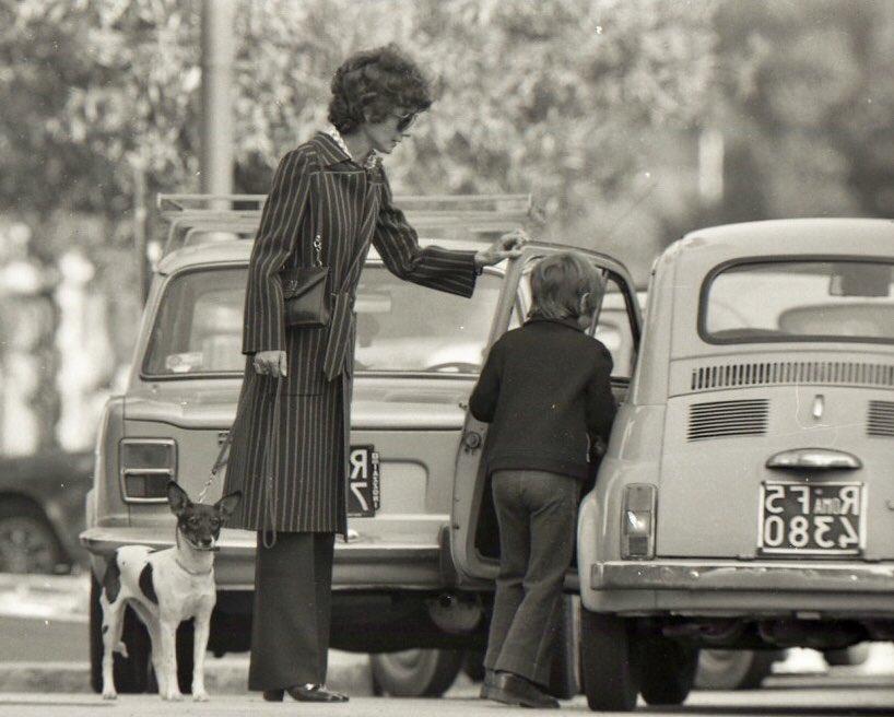 Audrey Hepburn amava Roma, città dove ha vissuto per quasi vent'anni. Parlava italiano, passeggiava per le strade e guidava una 500 FIAT @Fiat_IT #amoroma #romaconimieiocchi #Romeisus #roma #AudreyHepburn @Mysnughome1 @Mustapha1508 @TrastevereRM @JPaul33267538 @fiorillomanuel1
