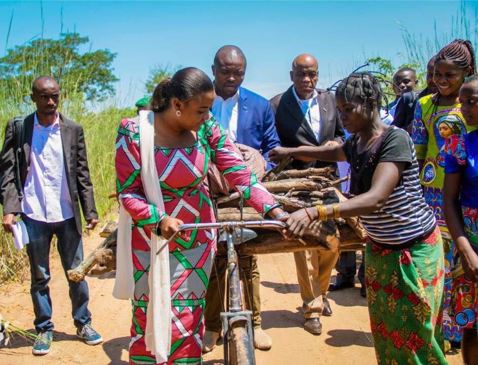 Après Kamala dans le territoire de Manono, ns avons regagné le centre de Manono. Chemin faisant, nous avons cerné les difficultés que connaissent les femmes à l'intérieur du pays, à velo en pleine brousse avec leur fardeau. Cette souffrance de la femme rurale nous interpelle.