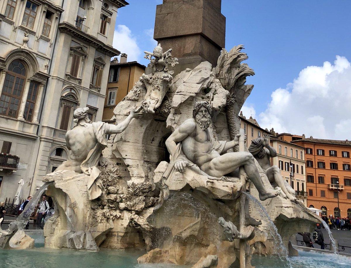 La Fontana dei Fiumi di Bernini è un'allegoria del mondo - raffigurato attraverso i fiumi dei continenti allora conosciuti - nel quale il paganesimo - rappresentato dall'obelisco- è vinto dalla Chiesa e dal papa - al quale si riferisce la colomba araldica dell'obelisco #roma