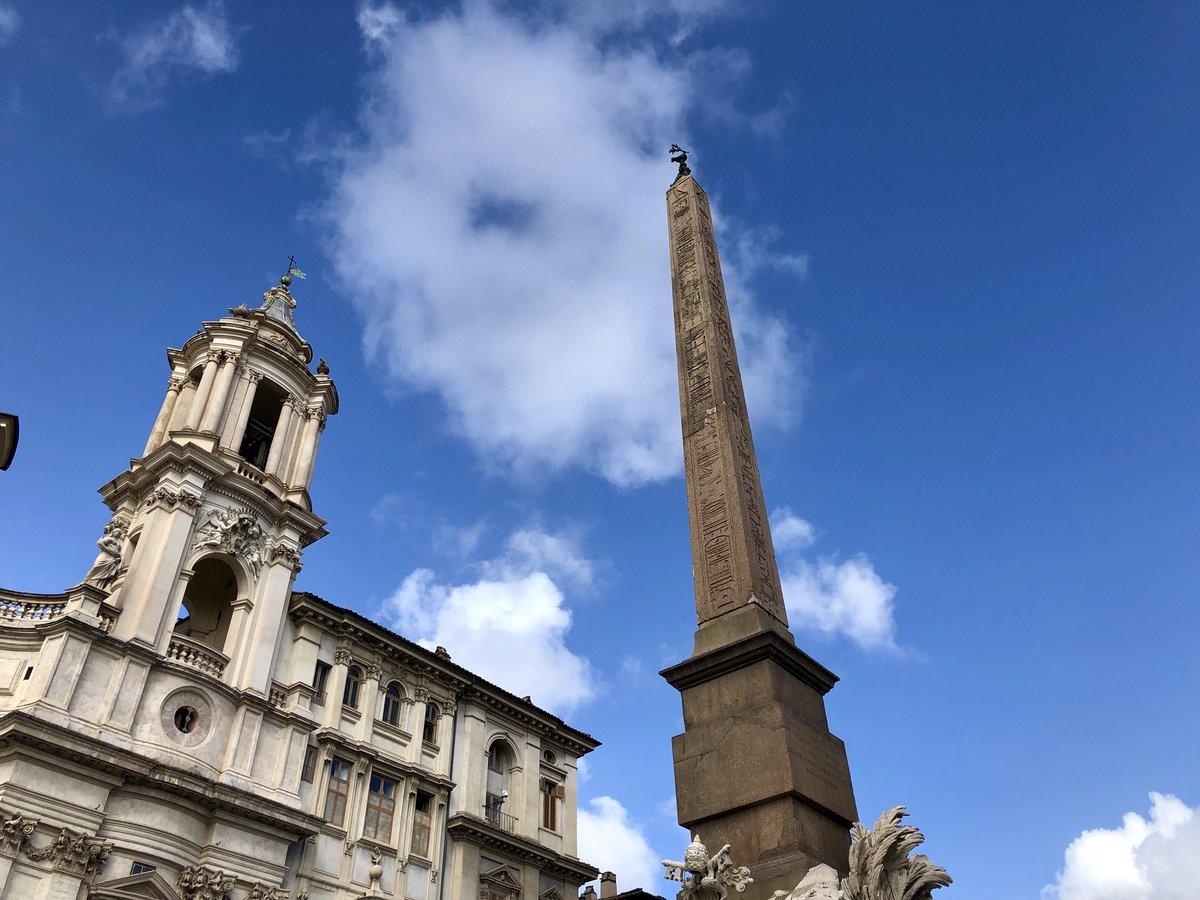 """A sostenere la missione del papa Innocenzo X Pamphilj, rappresentato dal suo simbolo araldico della colomba sull'obelisco, c'è la Chiesa di Roma, che trionfa sulla piazza, intesa come platea della """"spettacolare"""" famiglia Pamphilj #RomeIsUs #roma #romaconimieiocchi @Mysnughome1"""