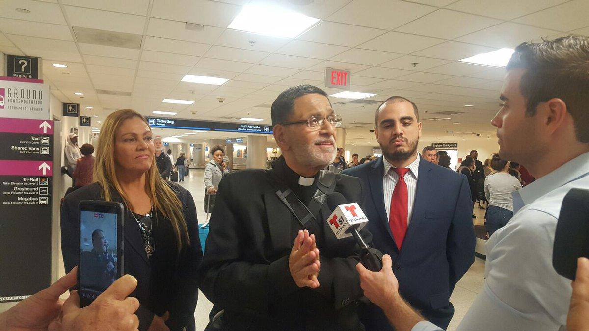 Gracias a Dios y a la Virgen de Guadalupe fui liberado y anoche  llegué al aerpuerto de Miami. Estoy en tierra norteamericana país de libertad, democracia y paz. Mi primer tuit en condición de cura venezolano en el exilio. Dios les bendiga.