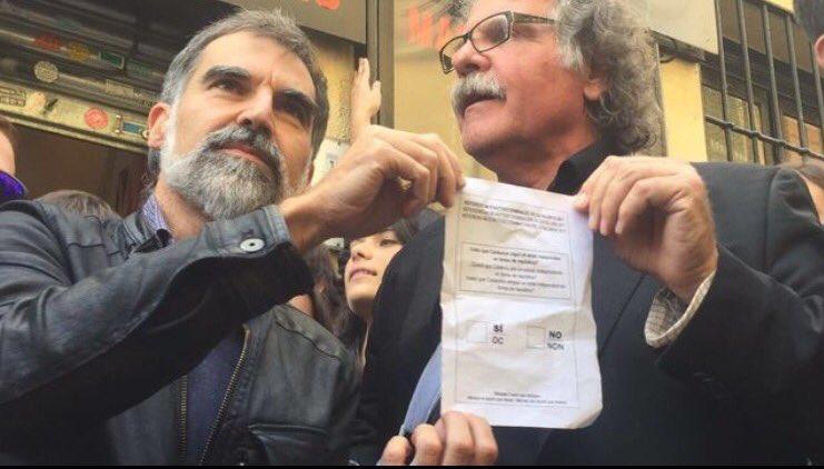 @JoanTarda diu a Rajoy que el fill de @jcuixart té només 11 mesos de vida i ja ha fet més de 30.000 km per poder veure el seu pare 40 min rera un vidre 22 vegades. Avui al #Congreso exigim l'acostament dels nostres presos polítics tancats preventivament #Indecència @Esquerra_ERC https://t.co/kXLDj8dh5u