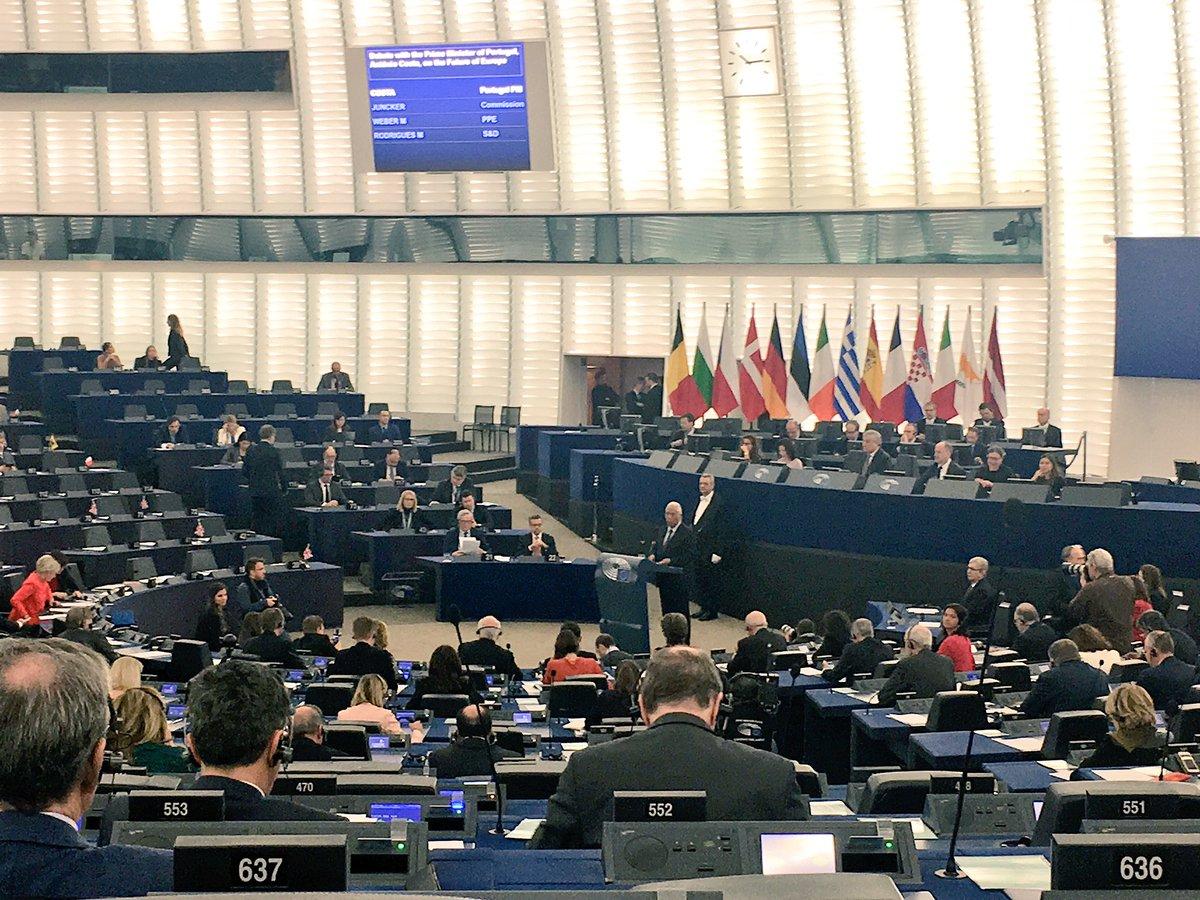 """Il Premier portoghese @antoniocostapm interviene di fronte alla plenaria di #Strasburgo, dicendo parole molto simili alle nostre:""""Nessuna delle grandi sfide che affrontiamo, dal clima alle migrazioni, alla globalizzazione, sarà risolta meglio fuori dall'UE da nessun Paese membro""""  - Ukustom"""