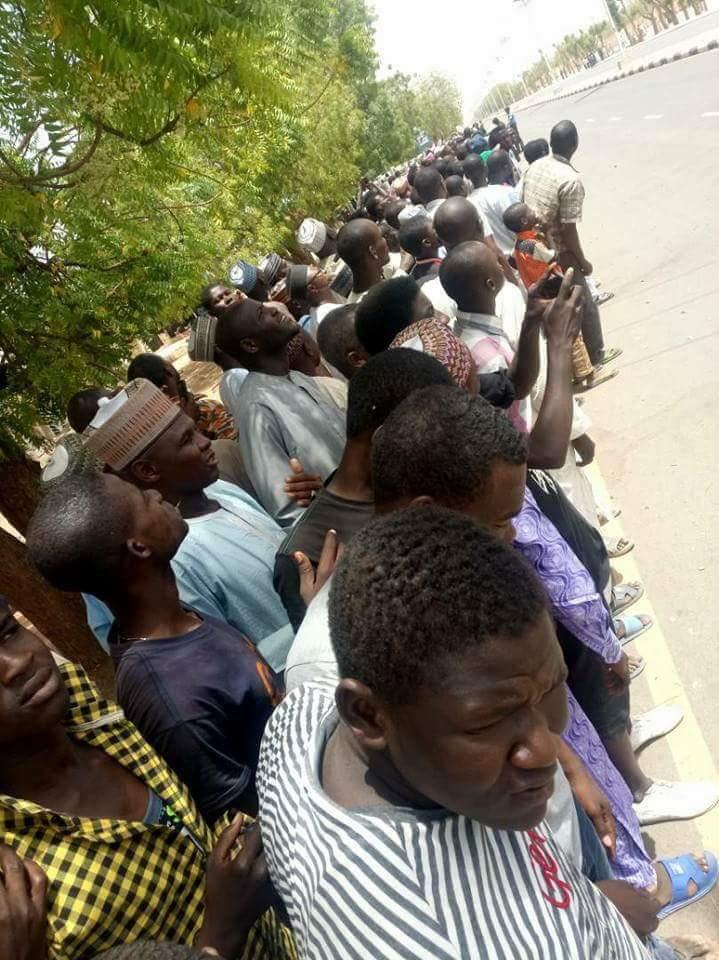 @YobeStateGovt See Love! 😍 Yobe locals anxiously awaiting Baba by the roadside. #YobeVisit