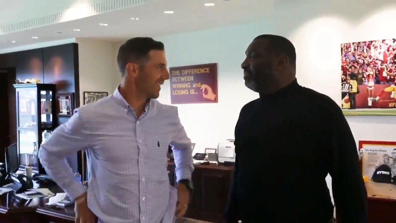 Ready to work. #HTTR  QB Alex Smith meets with #Redskins Senior VP of Player Personnel Doug Williams. https://t.co/St9EwiYIgP