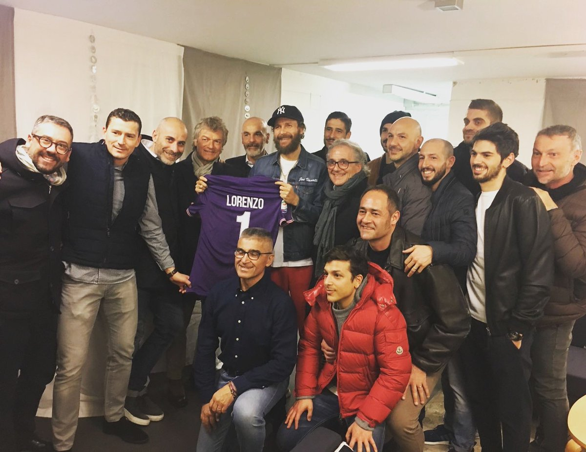Grazie a @lorenzojova ! Una maglia speciale da tutta la #Fiorentina. In un momento terribile anche le tue parole e la tua musica hanno un grande valore per tutti noi.
