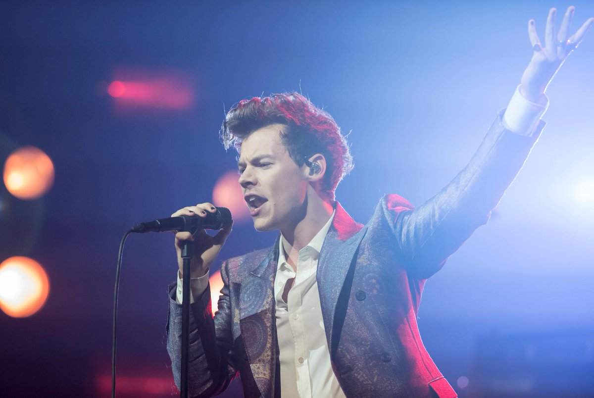 Fans think #HarryStyles just came out as bisexual with his new song #Medicine  https://t.co/E8Q8MArF89