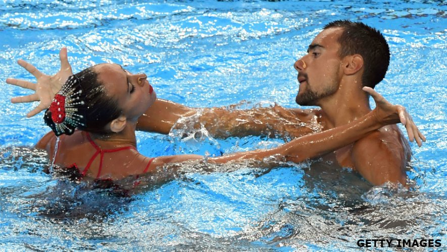 How easy is it for men to compete in female-dominated sports? Listen to Pau Ribes on how he broke into the world of synchronised swimming. 📻 bbc.in/2GnIrof