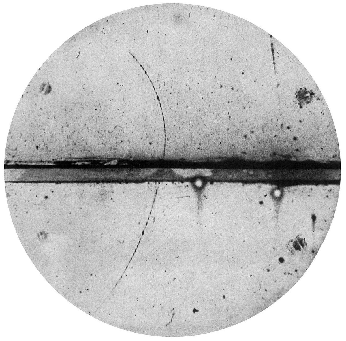 The Positive Electron: 85 years ago Carl Andersons discovery of the positron was published #OTD.   Image: Cloud chamber photograph by Anderson, the first positron ever observed.  The deflection and direction of the particles ion trail indicate it is a positron. #NobelPrize