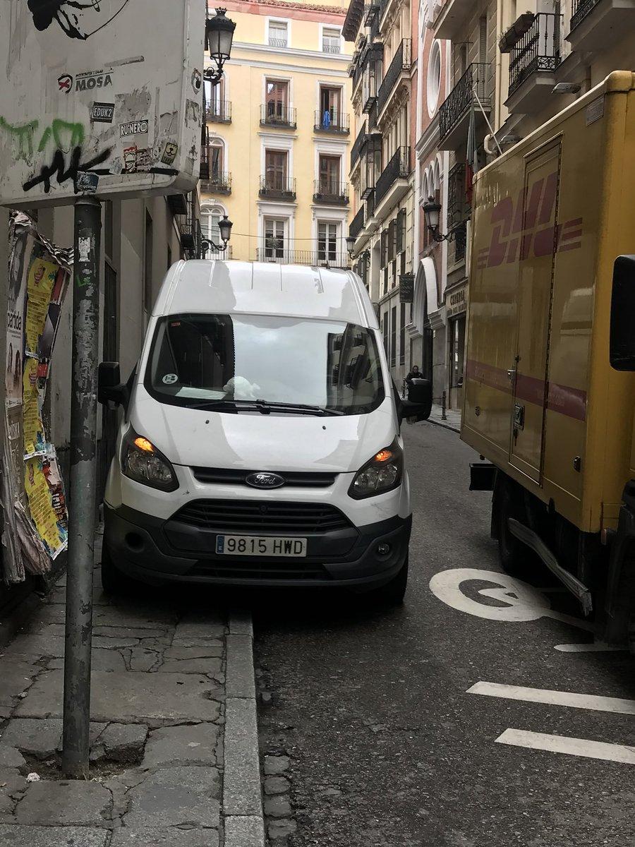 Resultado de imagen de furgonetas aparcadas en la acera