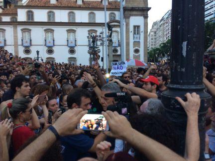 Chico Buarque chega ao protesto e dá um forte abraço no deputado  estadual Marcelo Freixo, que acaba de chegar do enterro. 'Marielle não  vai morrer nunca mais', discursa Freixo. Informa @FelipeBetim