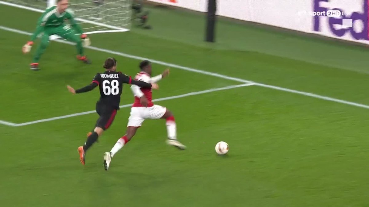 Terrible decision!  Very harsh...  Danny Welbeck wins a penalty for Arsenal 🤔