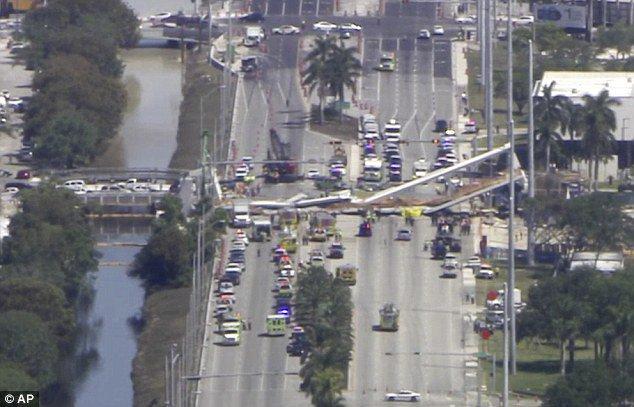 Varios muertos y atrapados tras el derrumbe de un puente peatonal en Florida DYWhu9_V4AELp6X