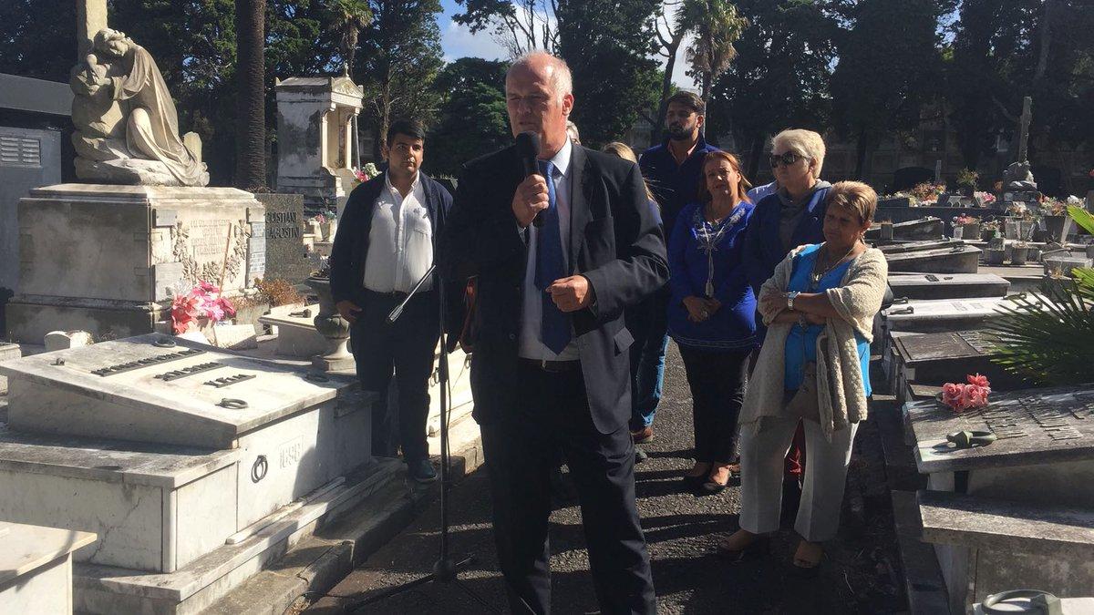 UNA FLOR PARA WILSON | La Departamental de  Montevideo convocó al cementerio del Buceo a homenajear al caudillo con una flor. Habló: @juanjoolaizola y por la juventud @_JuanMLuna
