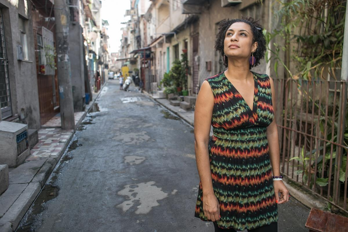In Brazil, rights defender @mariellefranco had posted several tweets about killings by the police in Rio de Janeiro. Yesterday, a car pulled alongside hers and opened fire, killing her. https://t.co/9POtrfUUnG … Photo by Mídia Ninja
