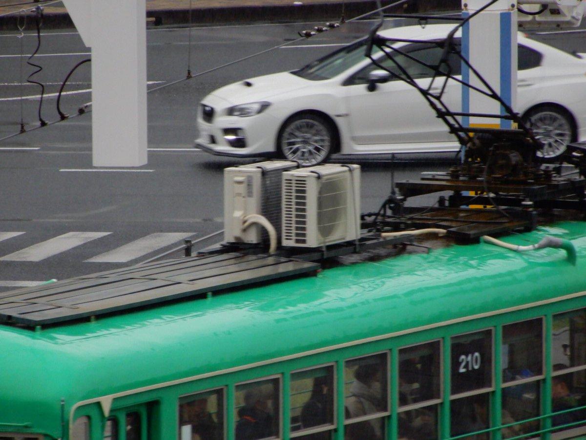 高知駅で駅前を眺めていたら明らかに家庭用クーラーの室外機を乗せた電車が来たんやが…まさかもしかして200型の冷房車ってこれのことなんか………???